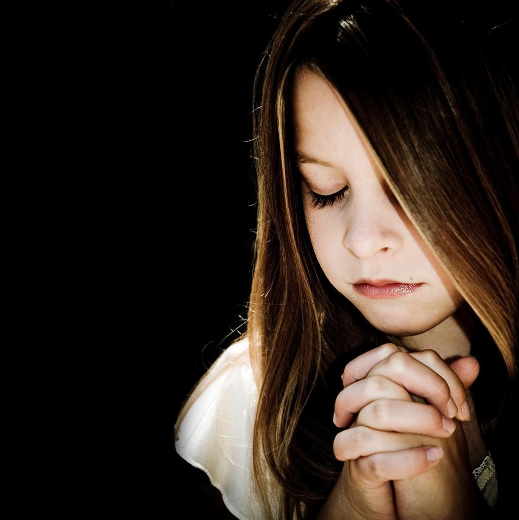 niña rezando adsis